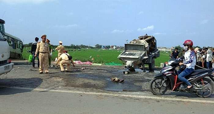 Vụ tai nạn nghiêm trọng xảy ra trên QL31 đoạn qua địa phận huyện Phúc Thọ. Nguyên nhân ban đầu được xác định là do bơm bê tông kéo sau xe bồn bị bung ra, tài xế xe khách lưu thông cùng chiều đánh lái để tránh nên đã đối đầu với xe khách ngược chiều.