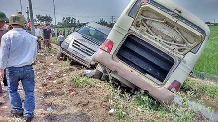 Hai xe khách lao xuống rượu sau vụ va chạm mạnh.