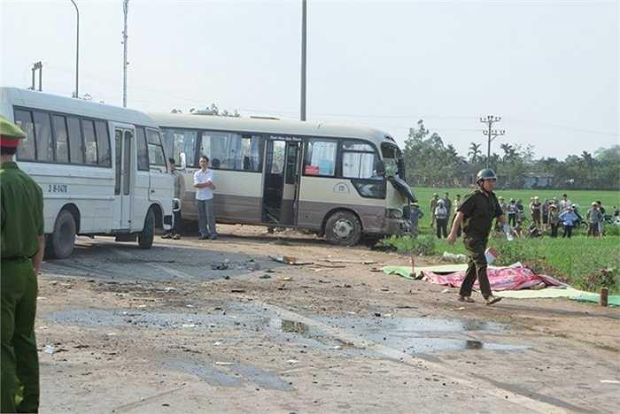 Thi thể các nạn nhân được đưa ra khỏi xe khách.