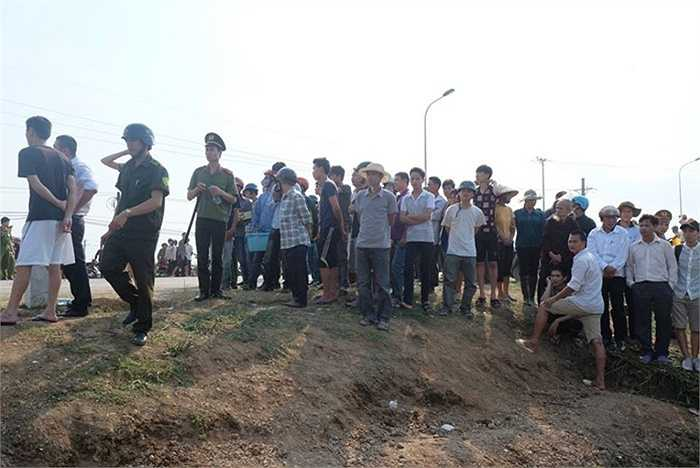 Rất đông người dân hiếu kỳ tập trung theo dõi vụ tai nạn.