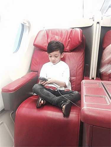Hà Hồ chia sẻ những hình ảnh Subeo ngồi máy bay hạng sang đi công tác cùng mẹ.