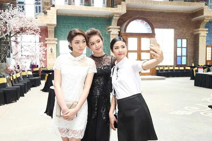 Hoa hậu Kỳ Duyên, á hậu Huyền My cùng hoa hậu Ngọc Hân vừa hội ngộ cùng nhau trong một sự kiện tại phim trường Smiley Ville của nhiếp ảnh gia Đoàn Anh Tuấn tại Hà Nội.