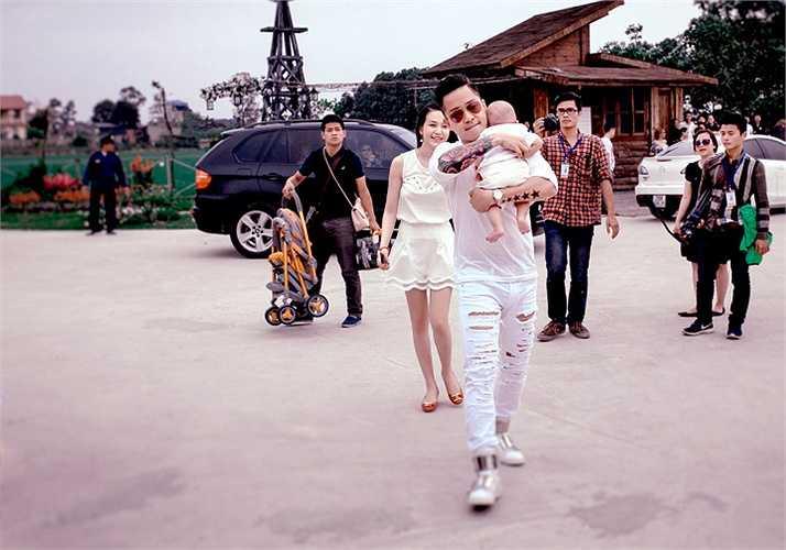 Nam ca sỹ Tuấn Hưng cũng đưa con trai đi dự sự kiện