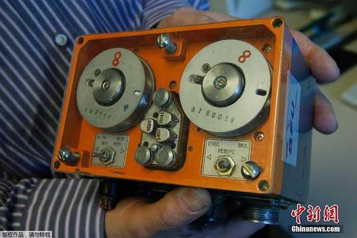 Một dòng hộp đen ghi âm buồng lái và dữ liệu chuyến bay