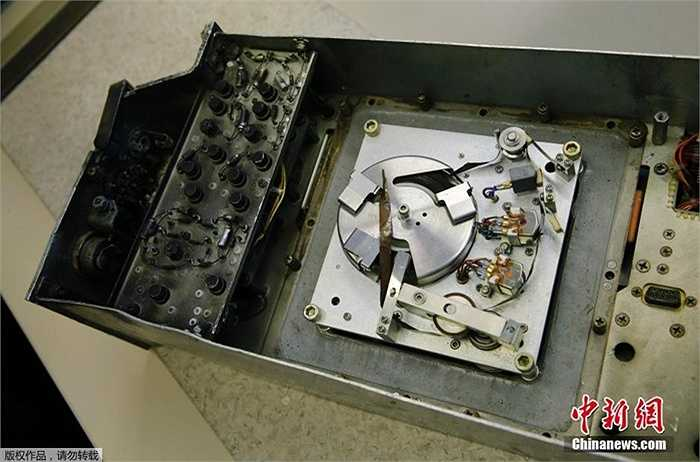 Một chiếc hộp đen bị cháy một góc đang được lưu trữ ở bảo tàng