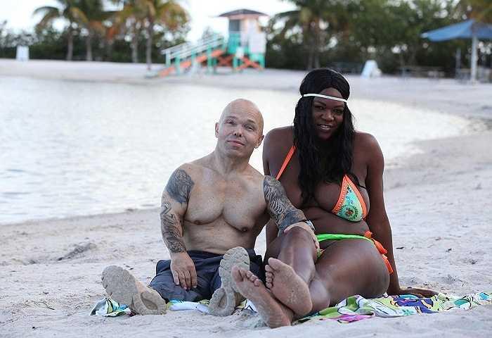 Ở tuổi 52, Anton quyết định vượt qua một ranh giới khác. Đó là đính hôn với một cô gái cao gần 1m9, China Bell