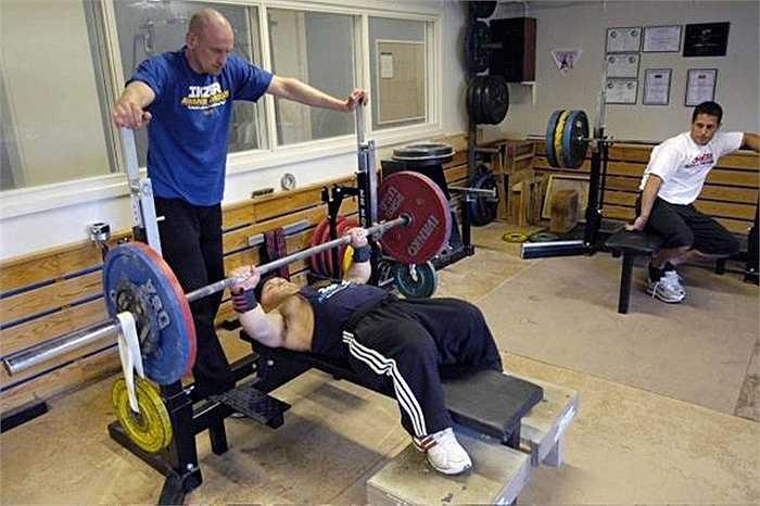 Để nâng được mức tạ nặng gấp 4 lần trọng lượng cơ thể, Anton đã phải trải qua 10 năm dày công luyện tập