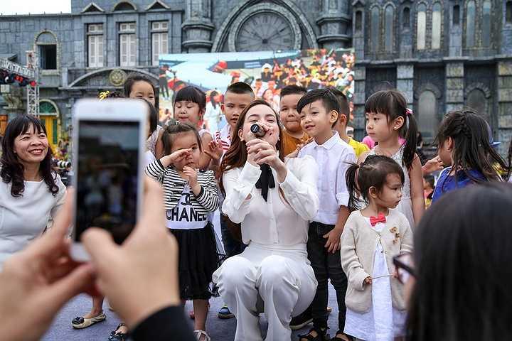 Subeo nép mình đứng bên mẹ trên sân khấu tại phim trường Smiley Ville của nhiếp ảnh gia Đoàn Anh Tuấn tại Hà Nội.