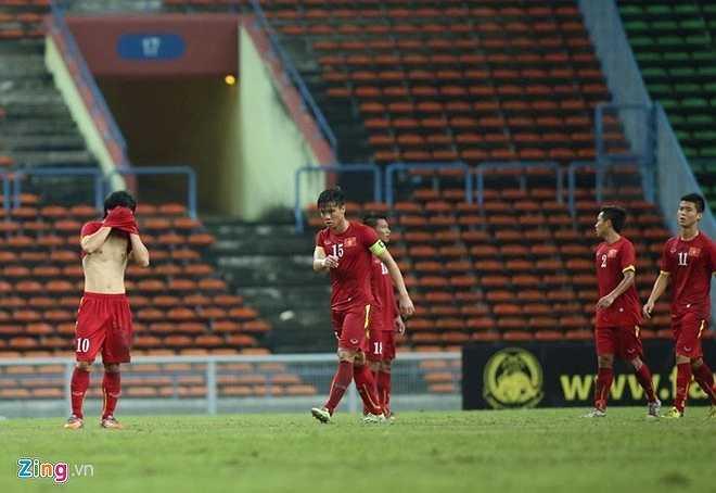 Các cầu thủ U23 Việt Nam không giấu được nỗi thất vọng sau trận đấu. (Ảnh: Zing.vn)