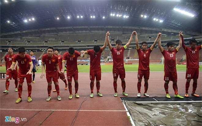 Nhưng họ không quên cúi đầu cảm ơn người hâm mộ Việt Nam đã tới sân cổ vũ cho họ. (Ảnh: Zing.vn)