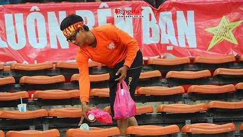 CĐV Việt Nam để lại hình ảnh đẹp trên sân Shah Alam khi cúi nhặt rác trên khán đài sau trận đấu. (Ảnh: Bongdaplus)