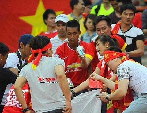 Một cách cổ vũ văn minh mà CĐV Việt Nam học từ chính những CĐV Nhật Bản. Đôi khi bóng là đối kháng nhưng nó cũng là bài học ứng xử không chỉ trên mặt cỏ mà còn trên khán đài. (Ảnh: Bongdaplus)