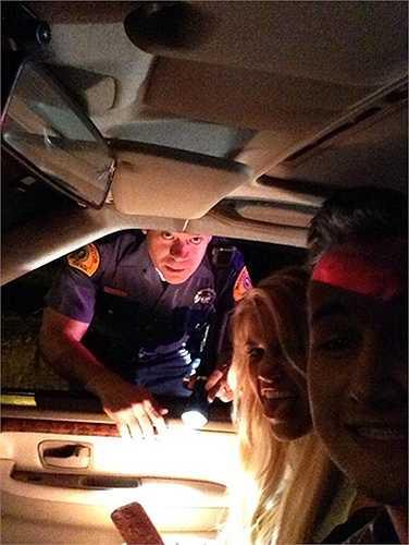 Cặp đôi này thậm chí còn lè lưỡi dọa nhân viên cảnh sát đang làm nhiệm vụ