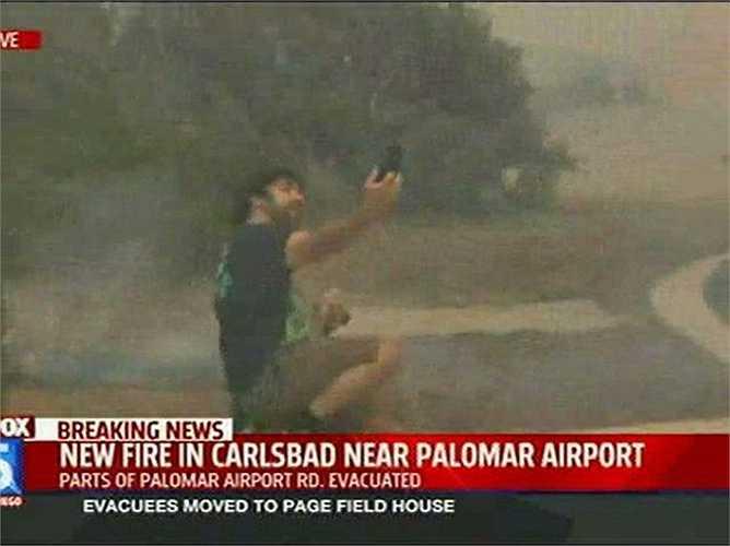 Người đàn ông này lao thẳng ra giữa lúc một cơn bão đang tràn tới với chỉ một mục đích duy nhất: chụp ảnh bản thân mình