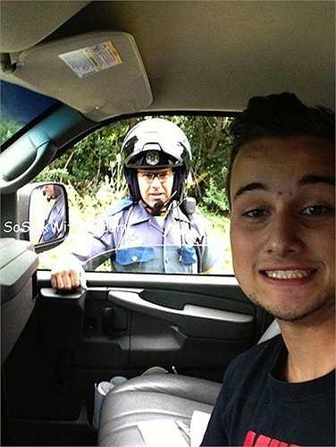 Những nhân viên cảnh sát thường không thích bị chụp ảnh trong khi đang làm việc và xem ra người vi phạm cũng chẳng có vẻ gì là sợ hãi