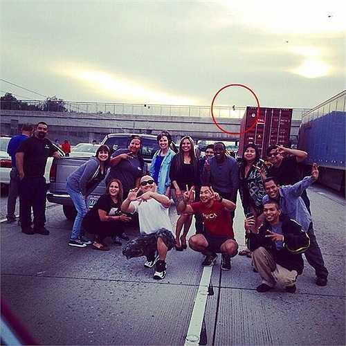 Bức hình của nhóm bạn không may mắn tại Los Angeles, Mỹ này đã vô tình ghi lại khoảnh khắc một người đang tự tử tại cây cầu phía sau