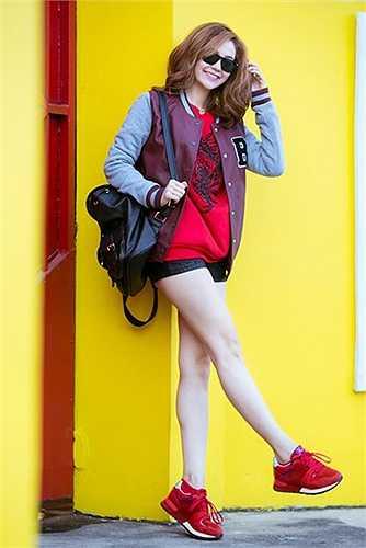 Để hòa cùng trào lưu diện phong cách thể thao khi xuống phố, Minh Hằng đã không ngại chi 21 triệu đồng để sở hữu đôi giày đỏ của Valentino. (Nguồn: Ngôi sao)