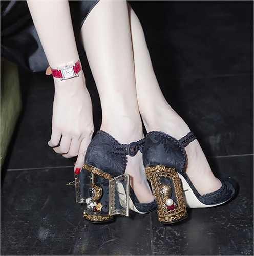 Ngọc Trinh chi 85 triệu đồng để sơ hữu đôi giày có cấu trúc vô cùng tinh xảo ở đế giày của Dolce & Gabbana.