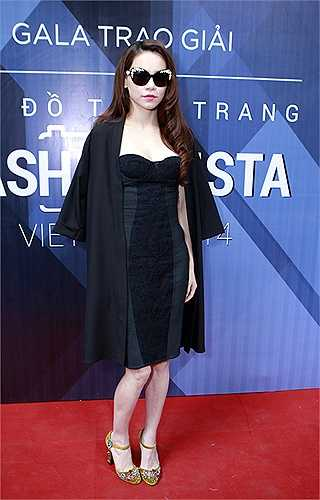 Hồ Ngọc Hà là ngôi sao Việt đầu tiên sở hữu mẫu giày đính kết độc đáo của Dolce & Gabbana trong mùa thời trang xuân hè 2015, mẫu giày của cô có giá đến 43 triệu đồng.