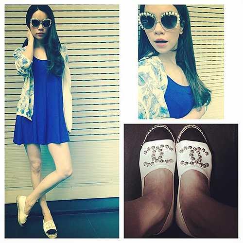 Nữ ca sĩ trẻ trung hơn khi kết hợp váy ngắn với mẫu giày casual của Chanel được làm từ da cừu non có giá bán khoảng 20 triệu đồng. Vì thiết kế ấn tượng và phom dáng thoải mái với tiết trời mùa hè, Hồ Ngọc Hà đã mua hẳn cho mình 3 đôi.