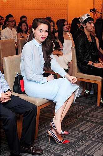 Giày nhựa trong kết hợp da bóng của thương hiệu Christian Louboutin có giá gần 20 triệu đồng được người đẹp mix cùng bộ trang phục màu xanh pastel thanh lịch và nhẹ nhàng.