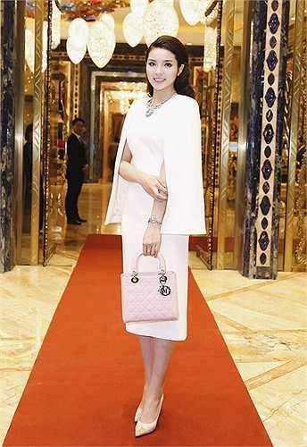 Kỳ Duyên sử dụng giày cao gót kiểu dáng thanh lịch của Salvatore Ferragamo có giá 17 triệu đồng khi chọn váy áo và túi xách đồng điệu trên sắc màu hồng phấn.