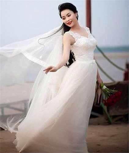 Những thí sinh 'Miss Ha Noi Photo Model' thể hiện nét đẹp tinh khôi trong phần thi trang phục áo cô dâu.