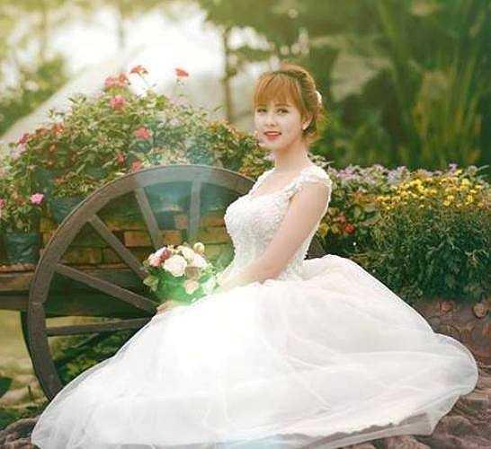 Tuy lần đầu mặc váy cô dâu nhưng các nữ sinh Hà Thành đều cố gắng thể hiện tốt nhất phần thi này