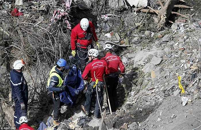 Các nhân viên cứu hộ làm việc cật lực tại hiện trường vụ tai nạn
