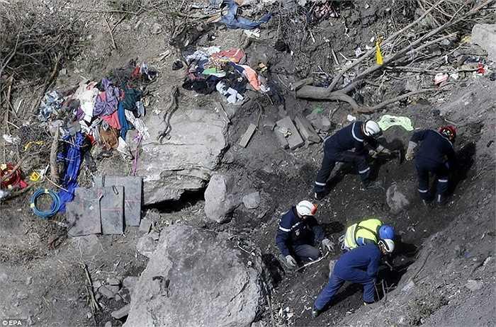 Đội cứu hộ thu thập các phần thi thể nạn nhân