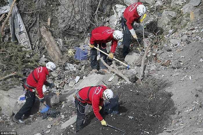 Tìm kiếm mảnh vỡ, thi thể nạn nhân