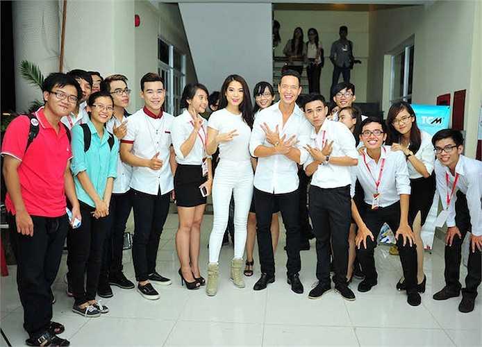 Sự có mặt của cặp đôi 'Hương Ga' đã khiến các bạn sinh viên rất phấn khích.