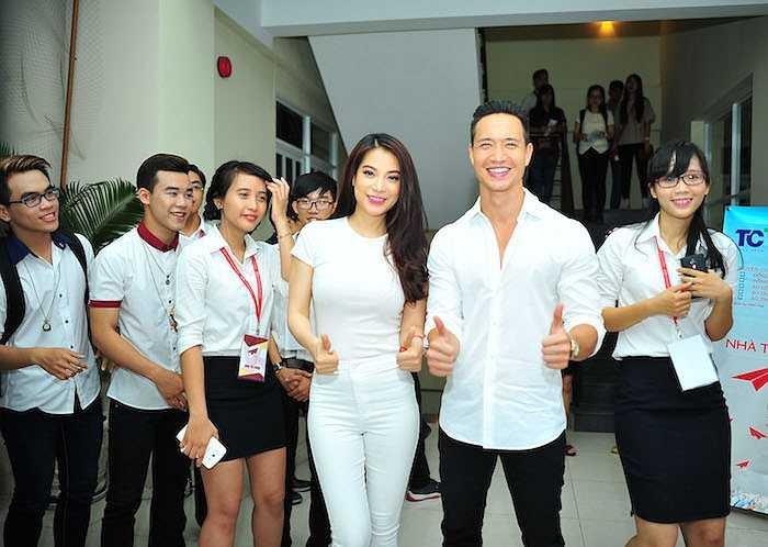 Trong khi đó, Kim Lý vẫn trung thành với phong cách đơn giản, lịch lãm với áo trắng, quần đen.