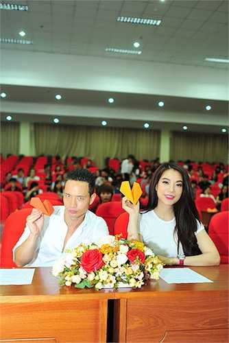 Cả hai tỏ ra rất vui vẻ trên ghế cử tọa. Nụ cười hạnh phúc thường trực trên gương mặt của 'cặp đôi tin đồn'.
