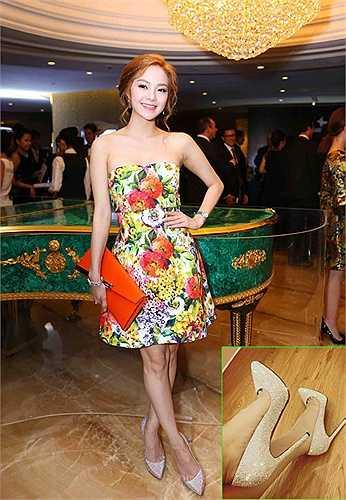 Tham dự gala dinner của sự kiện cúp polo từ thiện tại TP HCM, Minh Hằng nổi bật trong bộ đầm quây họa tiết hoa xinh xắn thương hiệu Dolce & Gabbana, kết hợp trang sức Prada và đôi giày Christian Louboutin ánh bạc lộng lẫy.