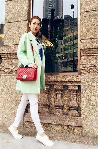 Một lần xuống phố, nữ ca sĩ dùng chiếc Chanel Boy 3.900 USD (hơn 80 triệu đồng) màu đỏ rực rỡ để 'thắp sáng' bộ trang phục pastel dịu nhẹ.