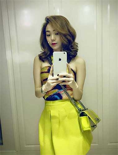 Cô nàng cũng sở hữu một chiếc size nhỏ màu vàng chanh tươi trẻ. Túi Chanel Boy có giá từ 60 đến 150 triệu đồng tùy kích cỡ.