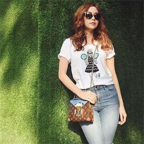 Trong chuyến du lịch Thái Lan mới đây, 'Bé Heo; thường xuyên cập nhật street style năng động trên trang cá nhân. Set đồ gồm áo thun và quần jean đơn giản trở nên ấn tượng hơn nhờ chiếc túi đeo chéo sành điệu.