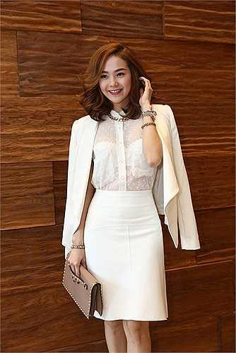 Bộ váy áo theo xu hướng white-on-white của Minh Hằng nhận được nhiều lời khen về nét quyến rũ, hiện đại. Cô chọn ví cầm tay Valentino gắn đinh tán giá hơn 35 triệu đồng để thêm cuốn hút.