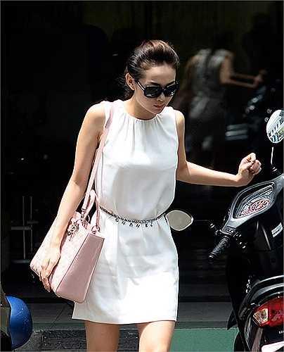 Túi Lady Dior hồng phấn được nhiều quý cô yêu thích, và 'Bé Heo' cũng không phải ngoại lệ. Giá của size lớn dao động từ 80 đến 100 triệu đồng.