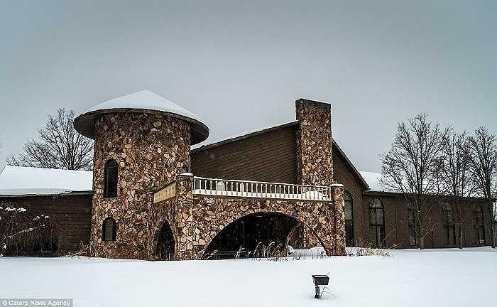 Năm 1999, Mike Tyson buộc phải bán lại căn biệt thự này với giá 1,3 triệu USD sau khi gặp những vấn đề về tài chính, pháp luật.