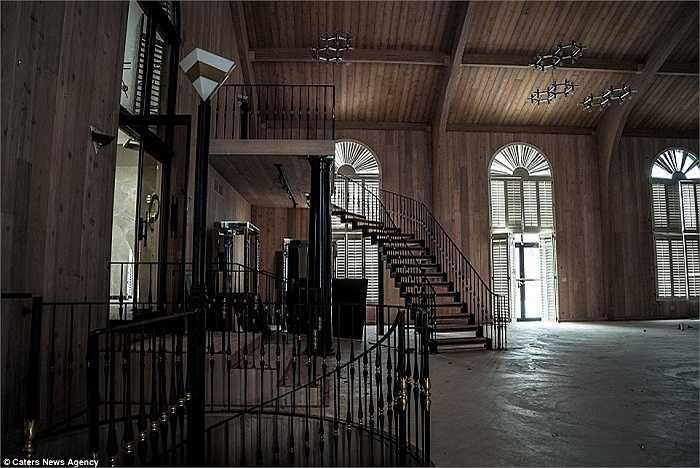 Khung cảnh buồn bã, có phần hoang phế của căn biệt thự