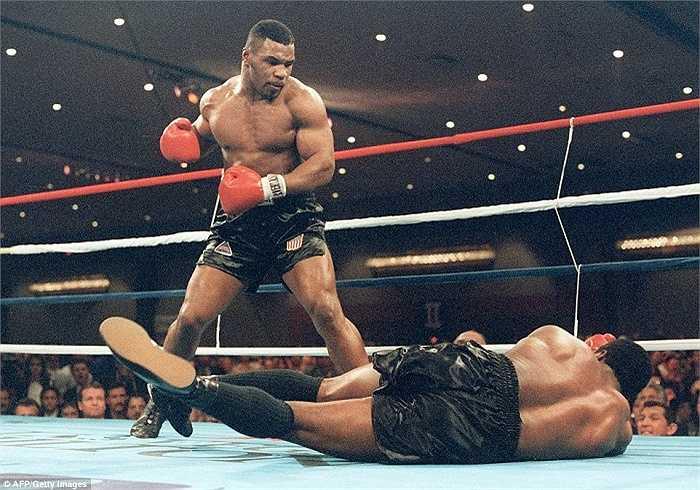 Mike Tyson hạ knock-out Trevor Berbick để trở thành nhà vô địch trẻ tuổi nhất thế giới năm 1986