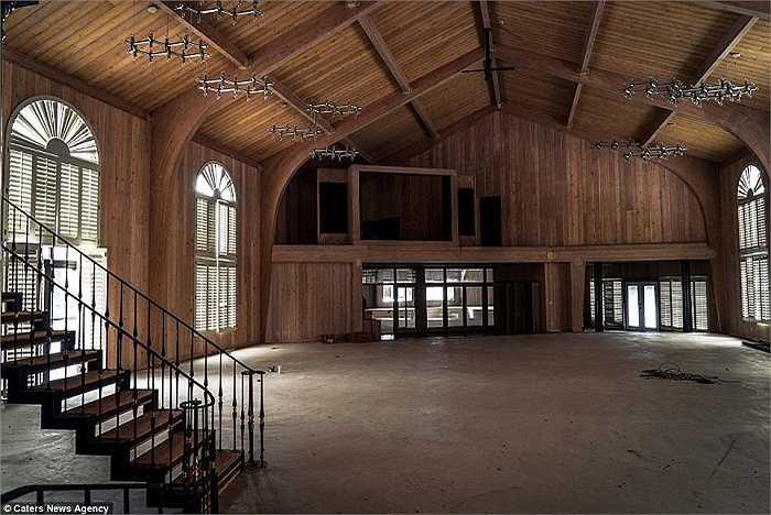 Ngay cả chủ mới của căn biệt thự cũng không thể sinh lời từ mảnh đất vàng này và sau đó, quyết định biến nó thành nhà thờ