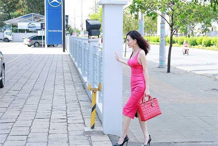 Có mặt tại cửa hàng xe hơi, Cao Thùy Linh nhanh chóng nhận được sự quan tâm của mọi người bởi vẻ ngoài xinh đẹp
