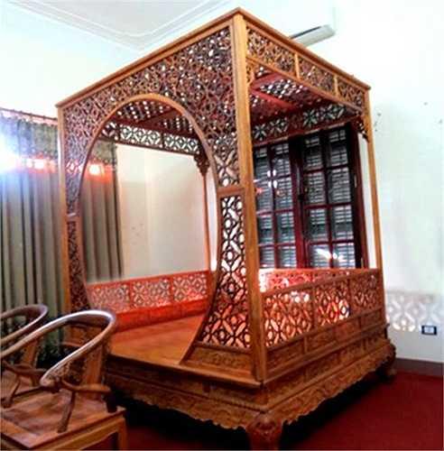 Trước khi dính vòng lao lý, Minh 'sâm' là một tay chơi đồ gỗ quý khét tiếng. Chiếc giường được làm từ gỗ huỳnh đàn đỏ nguyên khối của Minh 'sâm', theo ước tính trị giá rơi vào khoảng 2,5 triệu USD (khoảng 50 tỷ đồng).