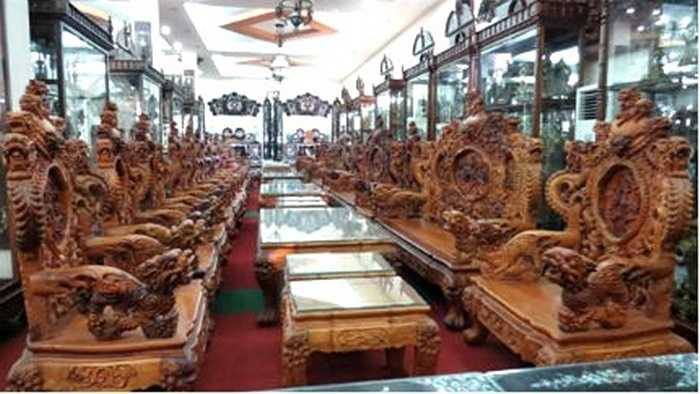 Trong đại bản doanh của công ty, Minh 'Sâm' sở hữu bốn bộ bàn ghế gỗ Huỳnh đàn đỏ (sưa đỏ) có giá lên tới 5 triệu USD/bộ, quy đổi ra là hơn 100 tỉ đồng. Ngoài ra, Minh sâm sở hữu bộ sập gụ, tủ chè, bộ hoành phi, câu đối cổ thuộc hàng độc nhất vô nhị, hàng trăm năm tuổi.