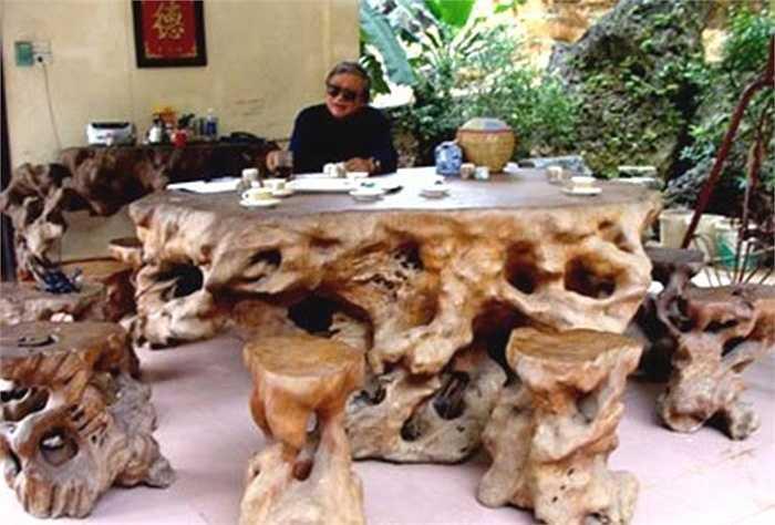 Nhiều người từng choáng váng khi đại gia Đức 'gấu' (Lương Sơn- Hòa Bình) 'bứng' được gốc gỗ hương cổ thụ thuộc hàng xưa nay hiếm có, hàng ngàn năm tuổi ở nơi hiểm trở nhất của đại ngàn Tây Bắc.
