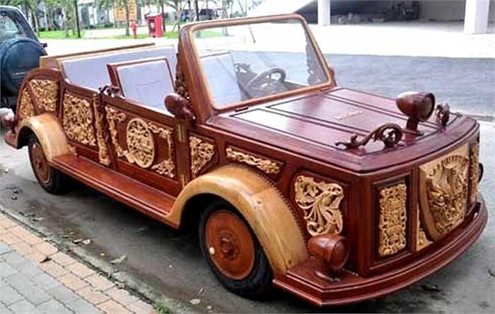 Chiếc xe bằng gỗ đầu tiên ở Việt Nam thuộc sở hữu của anh Lê Nguyên Khang - một đại gia ở TP HCM. Chiếc xe cực độc này được làm thủ công bằng gỗ, có giá bán khoảng 24.000 - 25.000 USD