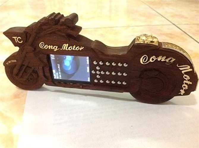 Đại gia Công mô tô từng được nhiều người biết đến với thú chơi mô tô 'khủng'. Ngoài ra, đại gia Sài Thành đã kỳ công trong sáu tháng để chế tác chiếc điện thoại làm bằng gỗ sưa trị giá 200 triệu đồng.